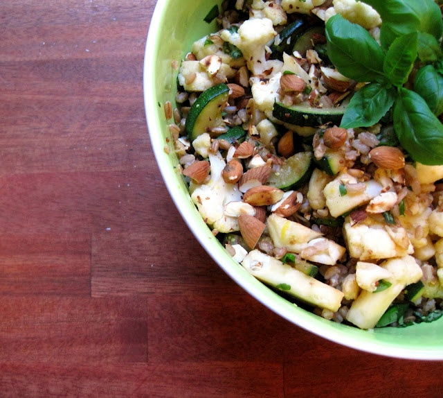Salat med perlerug, squash og blomkål