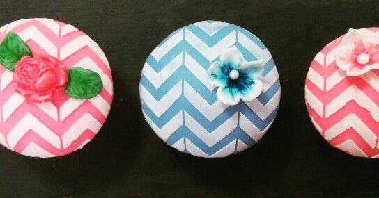 Vanilla-Cupcakes #ichbackealsobinich #bakemyday #lauraheartbake #cupcakes #fondantcupcakes #vintagecupcakes #chevron