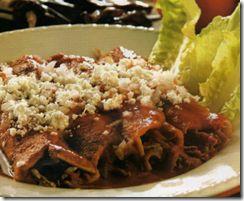 Deleita a tus invitados con estas enchiladas rojas típicas de la comida mexicana que combinan el chile serrano y el chile guajillo para crear unas enchiladas de sabor inigualable.