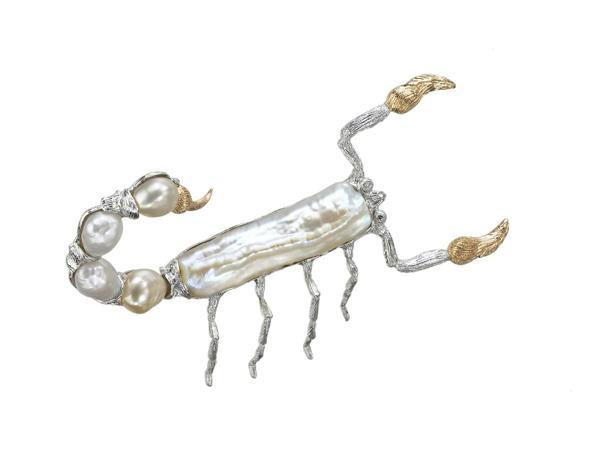 Il mondo Buccellati  Spilla a forma di scorpione, con corpo in oro bianco inciso incassata una perla allungata. Le zampe sono realizzate in oro bianco inciso, i finali delle chele ed il pungiglione sono invece in oro rosa inciso. Coda a perlottine irregolari e occhi formati da due brillanti. Due diamanti tondi taglio brillante ct. 0,011 perla Biwa allungata ct. 5,22