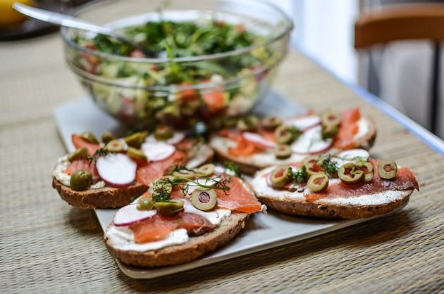 E vară, aşa că poţi alege oricând o gustare delicioasă în locul unei mese copioase! Vezi mai jos cum să prepari cele mai savuroase bruschete cu măsline şi somon!