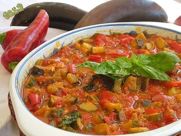ZUPPA ROSSA ESTIVA- #pomodori #peperoni #melanzane #zucchine e #basilico..e il pieno di vitamine è assicurato.