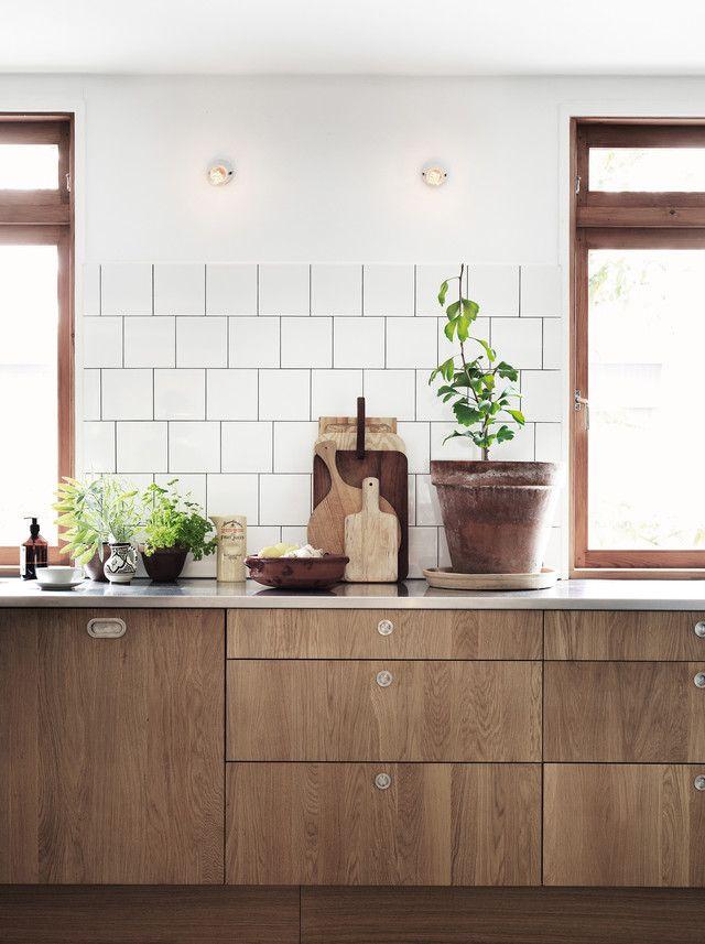 Photographer Petra Bindel for ELLE Decoration. Kitchen, Wooden Cabinets, Wooden Kitchen, Tiles, Fig Tree
