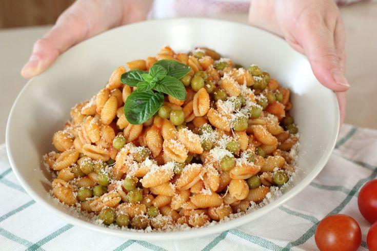 Gli gnocchetti sardi pomodoro e piselli sono un piatto molto veloce e semplice da preparare, è uno dei miei piatti preferiti, vediamo la ricetta: