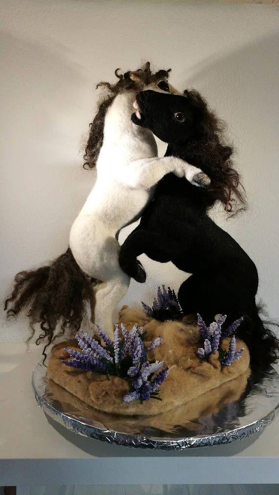 zwei freistehende Pferde. Nadel gefilzt. Kämpfend. auf gefilzter Unterlage lose stehend. Ineinander verkeilt. Grosse Figur über 50cm. Mit künstlichen Lavendelblüten. Liebhaberobjekt. Pferdenarren. Wilde Pferde in der Camarque.
