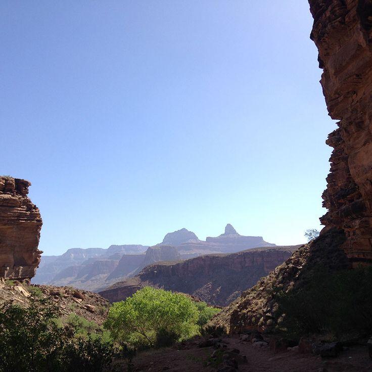 ほぼ谷底からの景色も壮大。グランドキャニオンの見所