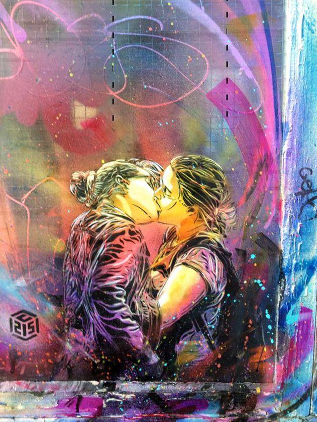 Artista de rua homenageia o amor criando série de murais com casais se beijando