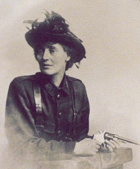 Constance Markievcz- condessa anglo-irlandesa revolucionária, sufragista, socialista, participou das revoluções para a independência da Irlanda. Durante combate contra as tropas britânicas, foi a única mulher entre os 70 prisioneiros que foram confinados em solitária.