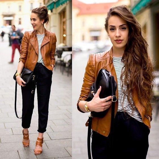 produção casual chic e muito estilosa: calça preta com barra dobrada, t-shirt listrada, jaqueta de couro marrom e acessórios neutros. Amei!!!