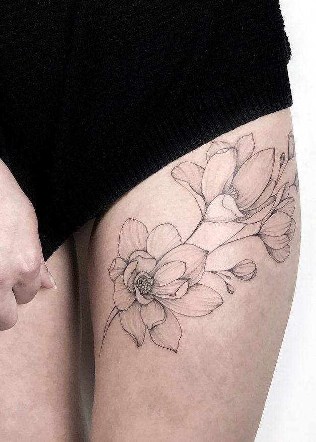 Inspirierende Tattoovorschläge für die Hüfte, erstes Tattoo am Oberschenkel, Blum …