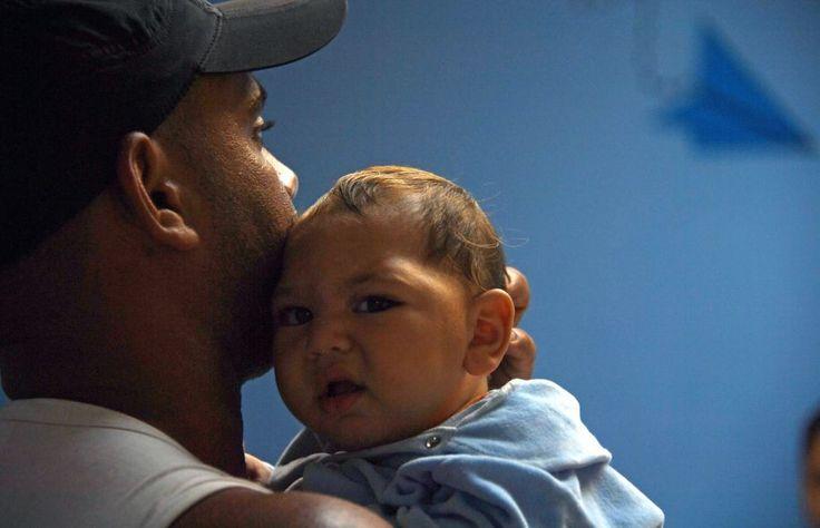 Un homme tient son bébé de six mois atteint de microcéphalie dans la salle d'attente d'un hôpital de Rio de Janeiro, au Brésil.