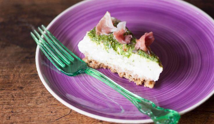 Cheesecake salata con stracchino, pesto di rucola e prosciutto crudo