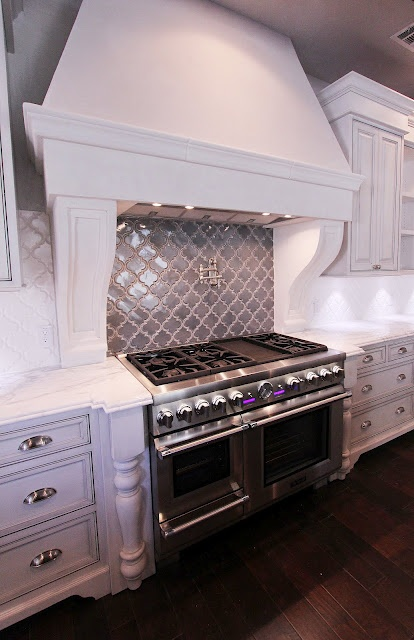 The grey backsplash from MISSION TILE accents the white field tile, all in the Arabesque design.
