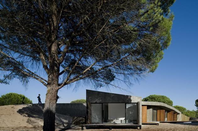 concrete-house-buried-under-artificial-sand-dunes-4-façade-side.jpg