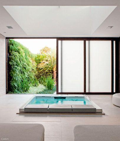 A sala de banho é separada do jardim por uma porta de correr.