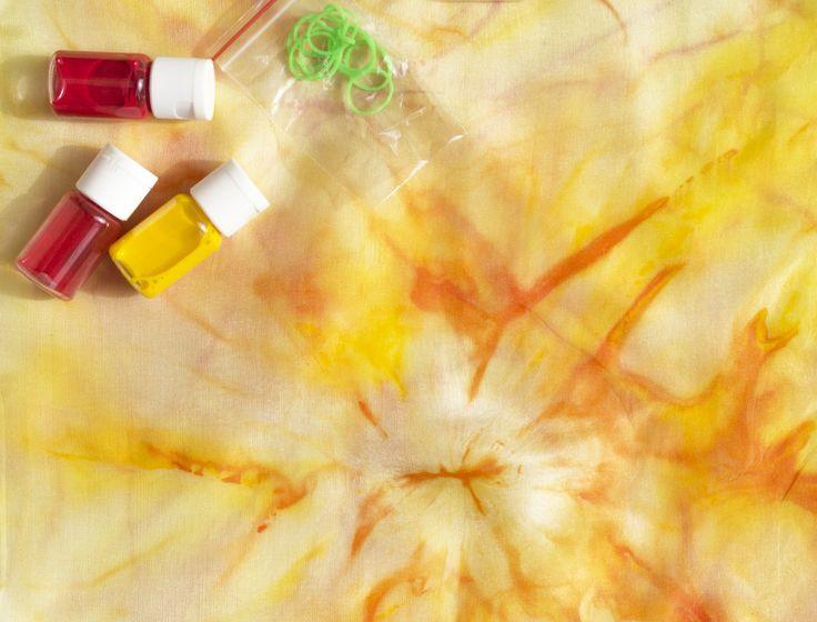 Набор для создания шелкового шарфа в желтых тонах. Что внутри? - белый шелковый шарф - специальные краски для шелка - одноразовые перчатки - одноразовые стаканчики - резиночки - пипетка (вместо кисточек) - морская соль (создает дополнительные эффекты) Набор может быть самостоятельным подарком для мамы, бабушки, тети, сестры, коллеги или лучшей подружки, а можно подарить готовый шарфик, сделанный своими руками. например, сделать шарф вместе с детьми и подарить его бабушке.