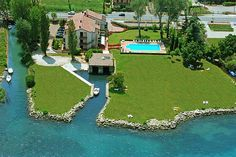 Hotel Yachting Mistral - Sirmione ... Garda Lake, Lago di Garda, Gardasee, Lake Garda, Lac de Garde, Gardameer, Gardasøen, Jezioro Garda, Gardské Jezero, אגם גארדה, Озеро Гарда ... Hotel Yachting Mistral waits for you in its privileged position on enchanting Lake Garda. The hotel is just a few steps away from the Sirmione Hot Springs and Spa and is immersed in a large park directly on the lakeshore. It is newly built according to the latest design criteria