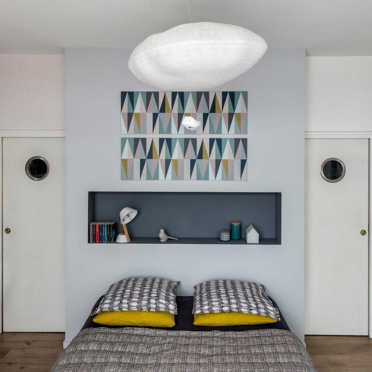 Chambre parentale poétique et graphique, dans cette maison à l'esprit loft atelier. Suspension Celine Wright. Conception agence d'architecture d'intérieur Murs & Merveilles I www.mursetmerveilles.fr