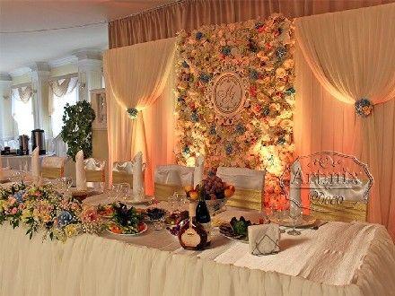 Декор фона за молодоженами на свадьбе из живых цветов