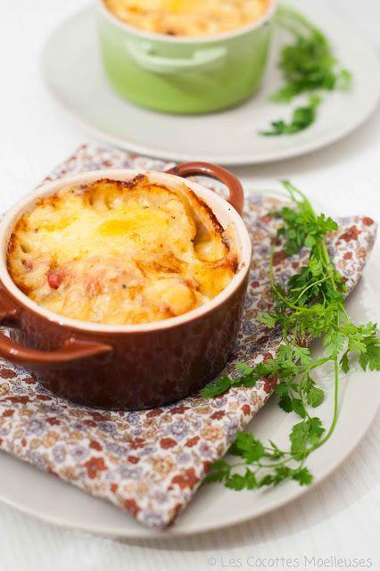 Les Cocottes Moelleuses: La tartiflette en cocotte - Ingredienti (per 2 mini casseruole) : - 3 patate (deviazione charlotte) - Mezzo Reblochon (agricoltore preferito) - Mezza cipolla - Pancetta affumicata - 3 cucchiai di panna acida - 1 spicchio d'aglio - Burro - 10 cl di vino da cucina bianco - Sale e pepe
