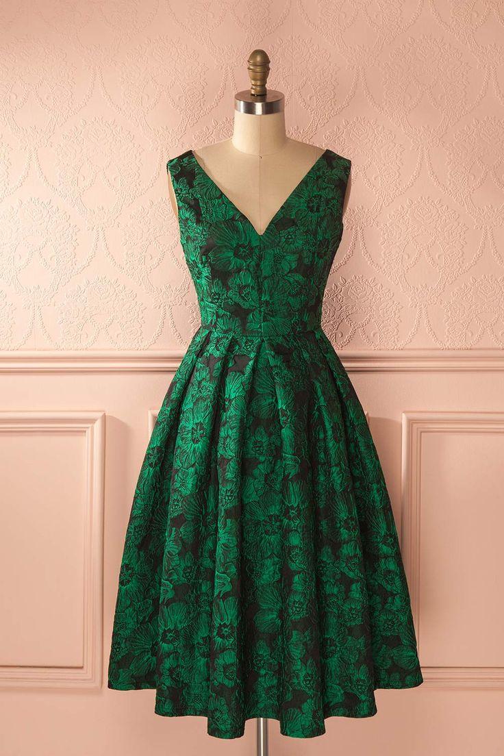 La fleur de jade luit mystérieusement dans la nuit.  The jade flower shines mysteriously in the night.  Shimmering green floral jacquard dress https://1861.ca/collections/products/doreena