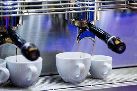 """L'Efsa, agenzia Ue per la sicurezza alimentare, ha per la prima volta diramato le linee guida sul consumo di caffeina: """"Limitare il consumo a 400 milligrammi al giorno""""  Più di quattro caffè al giorno fanno male alla salute """" ROMA - Consumare più di 400 milligrammi di caffeina al giorno, nella pratica più di quattro espressi, oppure un mix di caffè, bevande gassate e bevande energizzanti, può essere nocivo alla salute in particolare delle donne incinte e dei minori di 18 anni."""