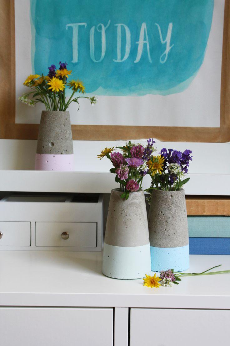 Kegelförmige Betonvase dipped im Kreide-Look selber machen! Vorbild ist Designervase ›Tube‹ von House Doctor   DIY Anleitung