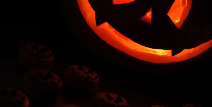I anledning halloween har vi skåret ut et gresskar til å ha på trappa. Selv om halloween-gresskar regnes som et pyntegresskar og ikke et matgresskar, syntes jeg ikke at jegkunne la alt gresskarkjøttet gå til spille. Jeg måtte i alle fall se om det var mulig å kokkelere litt med det. Resultatet ble blant annet …