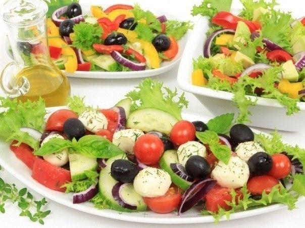Испанский салат из помидоров и кукурузы     Ингредиенты:  - 200 г помидоров,  - 200 г зеленого салата,  - 200 г яблок,  - 100 г огурцов,  - 1 банка консервированной кукурузы,  - 100 г маслин или оливок,  - соль, уксус, оливковое масло  1.Помидоры, огурцы, яблоки, очистив от кожуры и семечек, нарежьте маленькими кусочками.  2. Листья салата мелко порвите, маслины или оливки порежьте.   3.В салатное блюдо высыпьте кукурузу, добавьте овощи, листья салата и кусочки маслин/оливок. Заправьте салат…