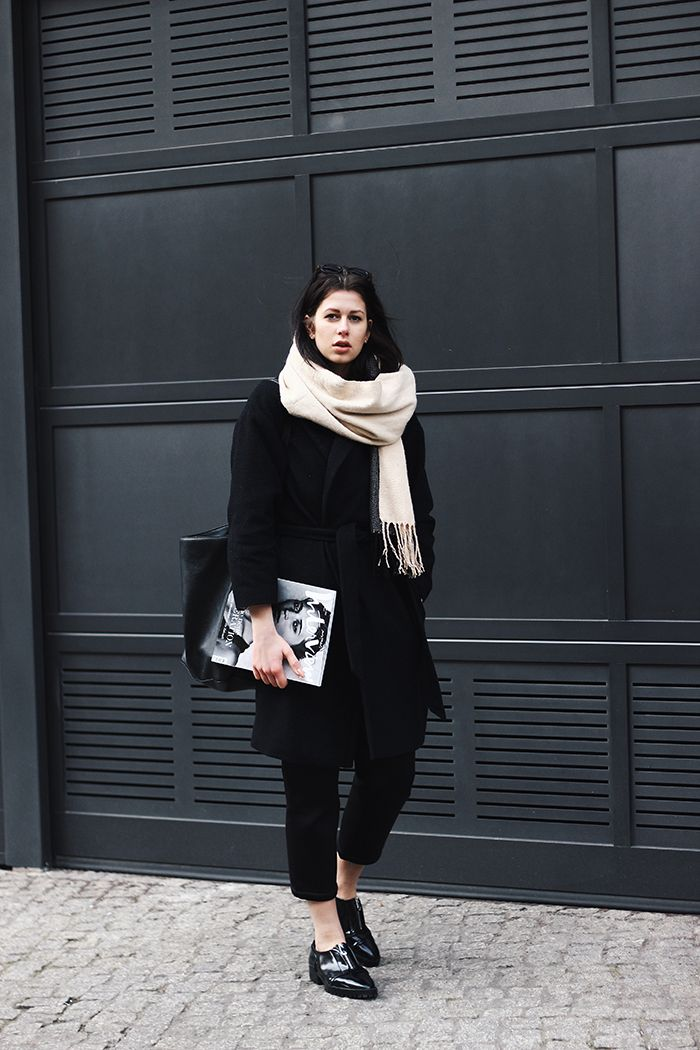 Elisa from the Fashion- and Lifestyleblog www.schwarzersamt.com is wearing a black coat from H&M, neopren pants from ASOS, business shoes from ZARA, a turle neck pullover from funktionschnitt and a nude scarf. It's a minimal und clean allblack look with nude accents, perfect for wearing it as a business outfit with a modern twist.