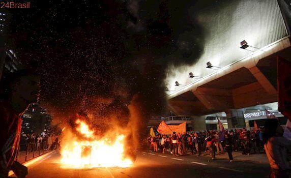 Bonecos foram incendiados: Protesto contra Temer fecha pistas da avenida Paulista em São Paulo