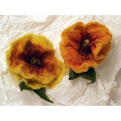 Nemezelt sárga virág kitűző fusing gyönggyel - Nemez ékszer - Nemez kitűző