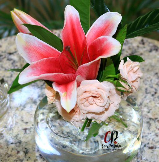 Centro de mesa com lírios e rosas