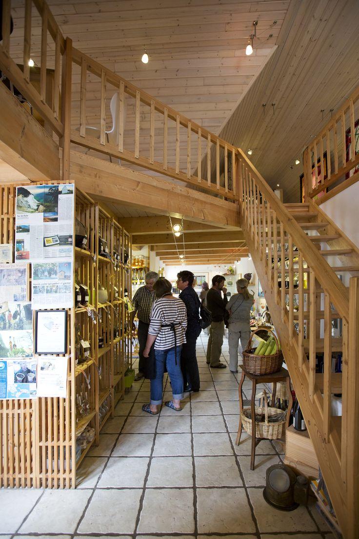 En hel ny #butik blev indrettet i den gamle #gård med #café og #udstilling på første sal. #kunsthåndværk eget #værksted #maleri #filt #specialiteter #olivenolie #balsamico #govisitmoen #nyord #taste #smag #danmark #denmark #dänemark