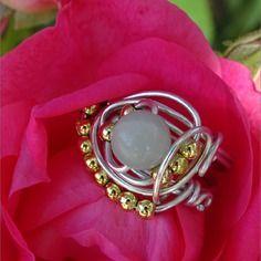 Bague perle ronde semi- précieuse amazonite fil aluminium argenté et perles doré
