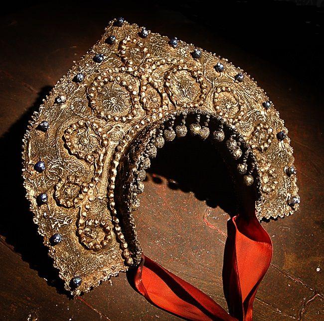 Кокошник - женский головной убор, который, стал символом традиционного русского костюма, известен нам с XVII века. Форма гребня кокошника могла меняться в…