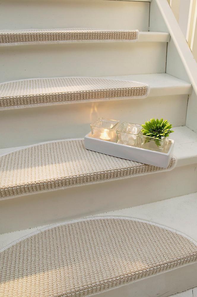 Stabilt, kraftig teppe av tuftet nylon med langettsøm rundt kanten. Børst av teppet med vann og ev. litt såpe. Selvklebende bakside. 65x22 cm. 15-pk.