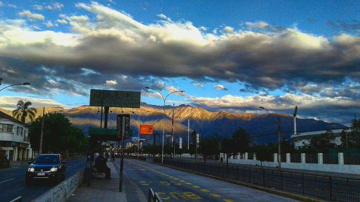 Av Grecia y mas allá la inundación. Hasta el cartel parece bonito... 🌞 #avgrecia #estadionacional #atardecer #sunset #nubes #clouds #cordillera #mountains