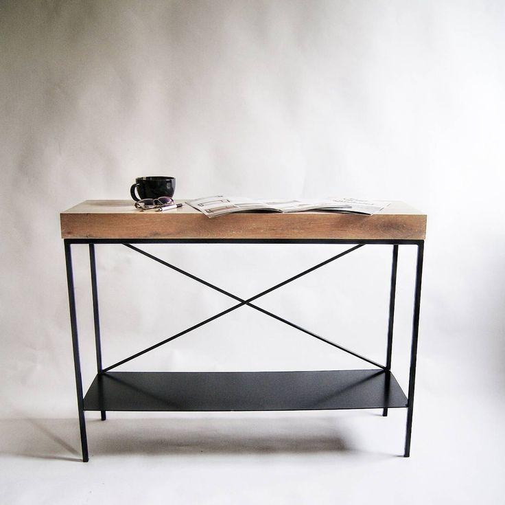 Duża konsola modernistyczna przyścienna – nasz kolejny mebel z linii produktów minimalistycznych idealnie łączy delikatną konstrukcję stalową z masywym dębowym blatem z litego drewna.  Nieproporcjonalne połączenie tych form jest domeną skandynawskiego wzornictwa przemysłowego.