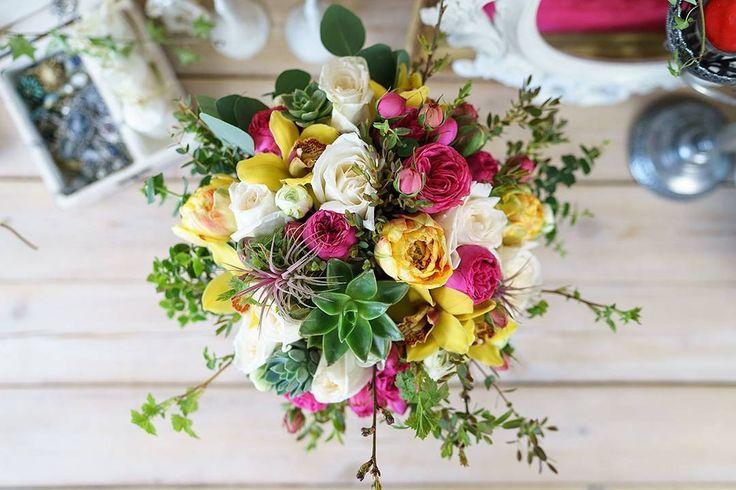 Букет из розовых пионовидных роз Пинк Пиано, ароматных садовых роз Вайт О'Хара, желтых орхидей Цимбидиум, белых ранункулюсов Аазур и красно-желтых поздних махровых тюльпанов Гудошник с красными тилландсиями, суккулентами эхеверия, эвкалиптом и молодыми ветками с зеленью, перевязанный натуральной веревкой и украшенный брошью с камеей  https://nflo.ru/catalog/spring_2016/00779/  #nflo #флорист #florist #букет #bouquet #роза #rose #орхидея #orchid #ранункулюс #ranunculus #тюльпан #tulip…