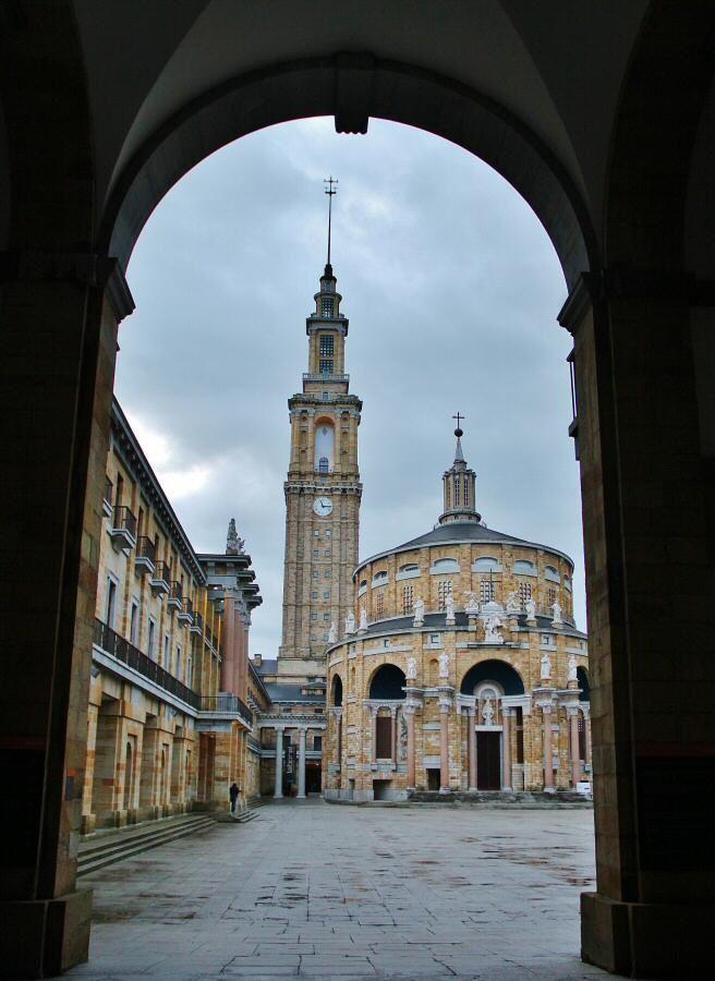 http://guias-viajar.com/ Iglesia y torre en el patio central de La Laboral en Gijón