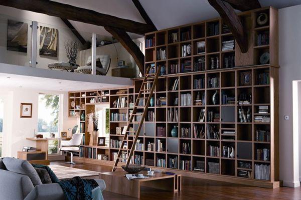 Современная библиотека для гостиной с высокими потолками