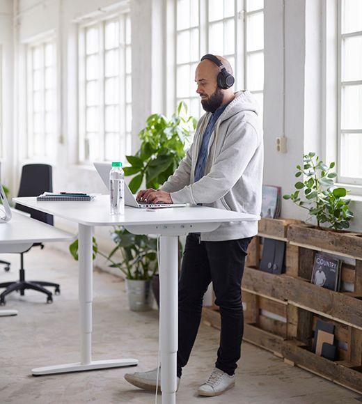BEKANT är ett höj-och sänkbart skrivbord för både hemmet och företaget