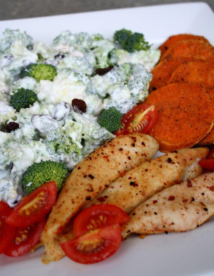 På tide med middagstips igjen, og i dag drar eg fram en gammal favorittoppskrift. Brokkolisalat er eit av dei aller beste tilbehørene eg veit om. Den passer til spesielt godt til rød fisk eller rødt og kvitt kjøtt, samtidig som den er en slager på både tapasbordet og koldtbordet. Det er virkelig en spesiell miks …