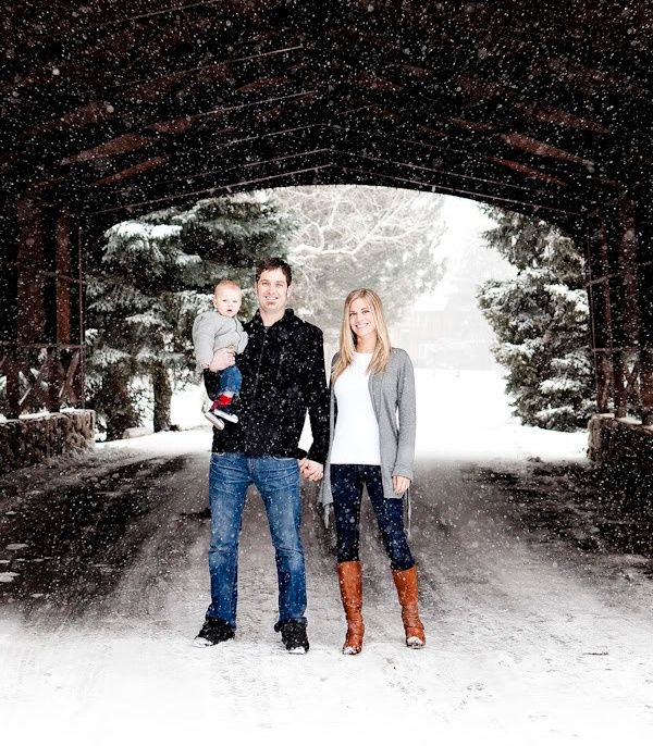 outside family portrait ideas winter   Love this family photo