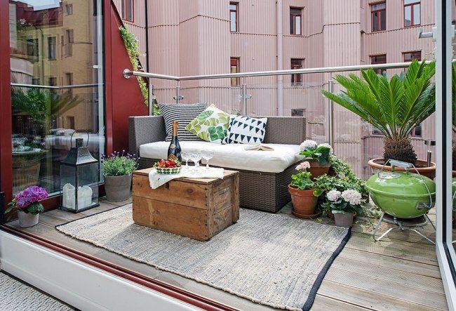 balkon glas geländer holzkiste couchtisch rattan sofa