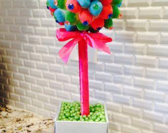 Somos el Hollywood Candy Girls y nuestro mundo y negocio consisten en dulces cosas todos y nos gustaría darle la bienvenida a nuestra lil crazy Candy World!  POR FAVOR NOTA * TODOS LOS ARTÍCULOS DEBEN UTILIZARSE ÚNICAMENTE COMO PIEZAS DECORATIVAS  Estos Custom Candy Topiary Tree, centros de mesa, decoración (o lo que le gustaría llamarlos..) son decorativas y super divertidos! Éstos fueron hechos para una Katy Perry Party en Hollywood!  DATOS DE * Personalizables colores * Aproximadamente…