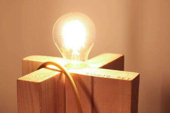 Lampada da tavolo cavo giallo. Eco-lampada. Upcycling design.