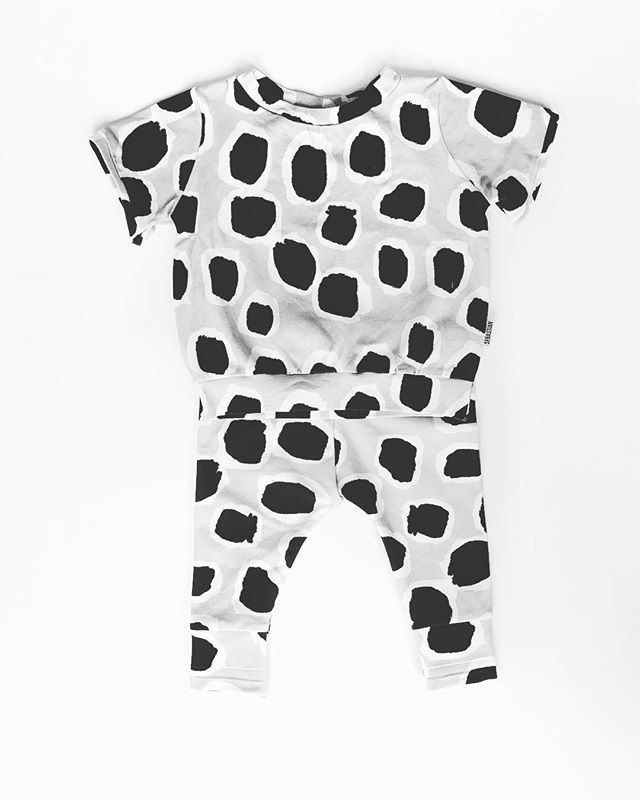 You know we love a 'matchy matchy' outfit. Check out these Monochrome Leopard Leggings and Tee made for a super stylish 3 month old. Your baby can be stylish and comfortable at the same time. • • #matchymatchy #coordinatingoutfit #monochromebabywear #leopardprint #leopardprintbaby #babyfashionista #babyboutique #stylishbaby #modernbaby #babygiftset
