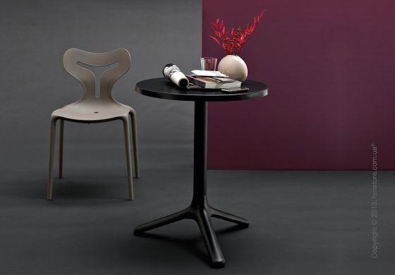 Стол Calligaris Area T CS/4067-A D60 идеально подходит для использования в барах или на террасах. У стола стандартная круглая столешница 60 или 65 см, а также литая металлическая основа и опора стола. Стол покрашен специальной рельефной краской, что позволяет его использовать на открытых площадках. Эстетические линии этой модели делают ее идеальной в совместном использовании со стульями серии Area 51.